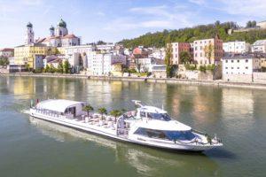 SUNliner offen vor Passauer Dom_Foto Weichselbaumer_üa_low